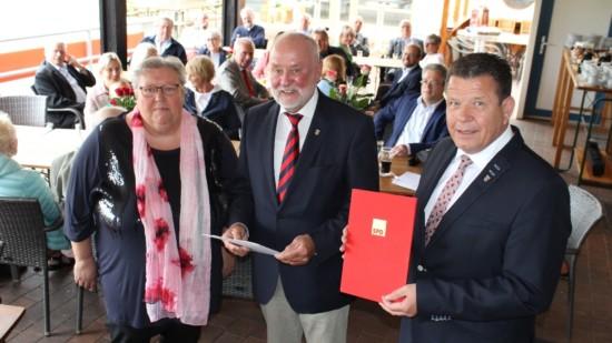 """Sylvie Müller und Cord Mittendorf (rechts) verleihen Henning Harter den Titel """"Ehrenvorsitzender"""""""