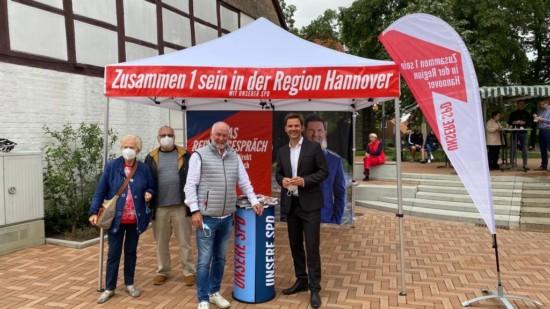 Henning Harter und Steffen Krach am Infostand in Gehrden
